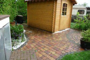 Gartenhütte mit Vorplatz nach ca. 20 Jahren - vor der Erstvermietung